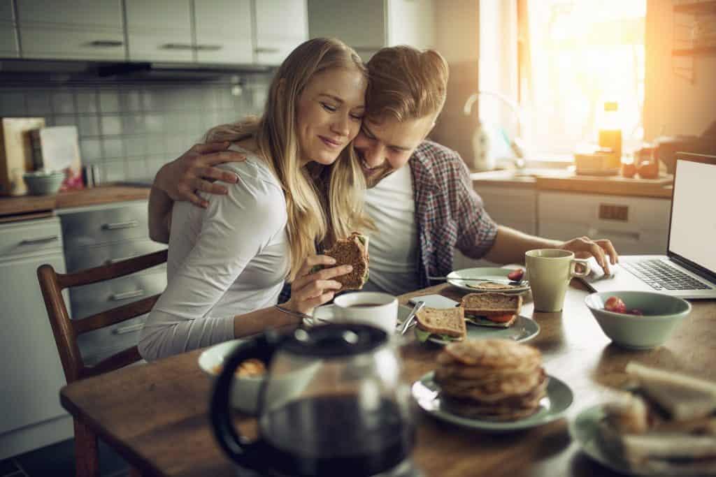 Junges Paar am Frühstückstisch